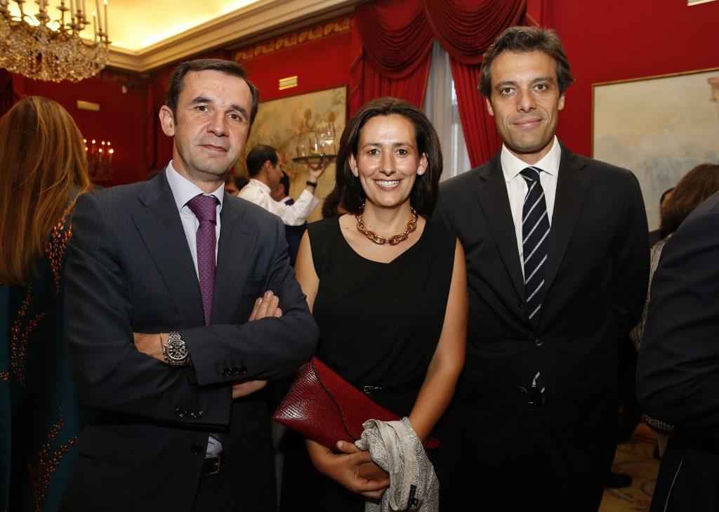 Lo socios fundadores de MAIO Ignacio Arráez y Marco Bolognini junto a Carmen Cicuéndez, asistente de programas jurídicos y fiscales de IE Law School. Foto: P. Davila.
