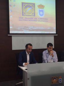 Ángel Vallejo y otro de los conferenciantes durante la mesa redonda